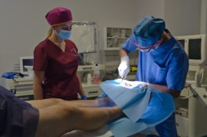 il Dott. Avangina durante un'operazione