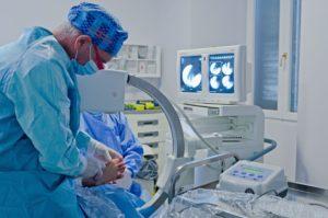 il dott. Avagnina durante un'operazione